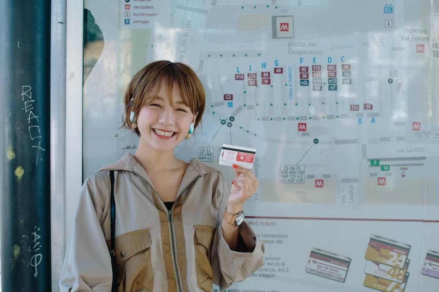ローマのバスが乗れるチケットを持った女性