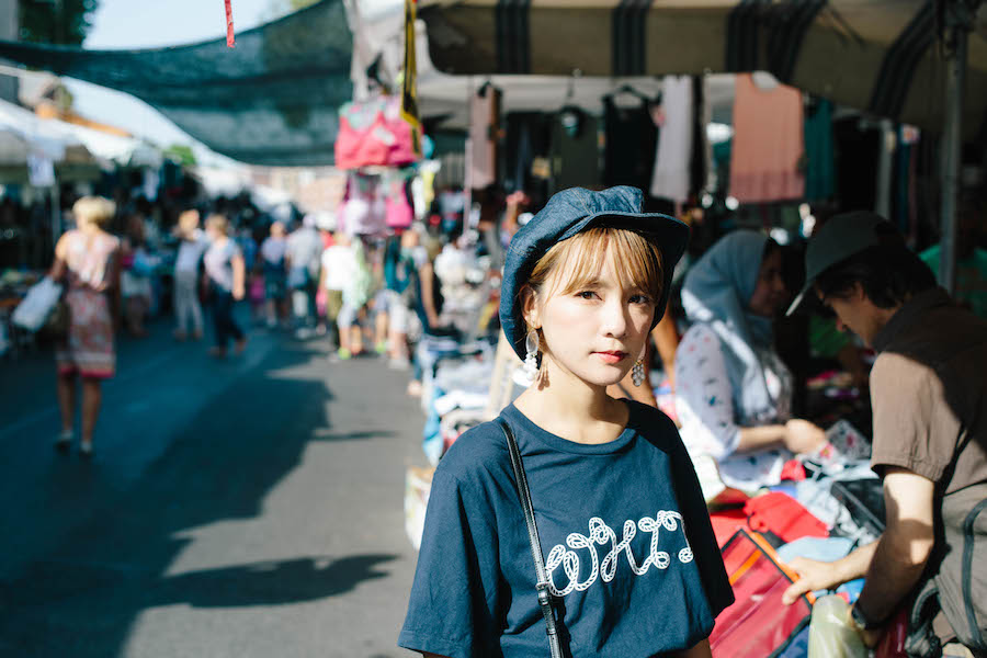 フィレンツェにある市場で写真に写る女性