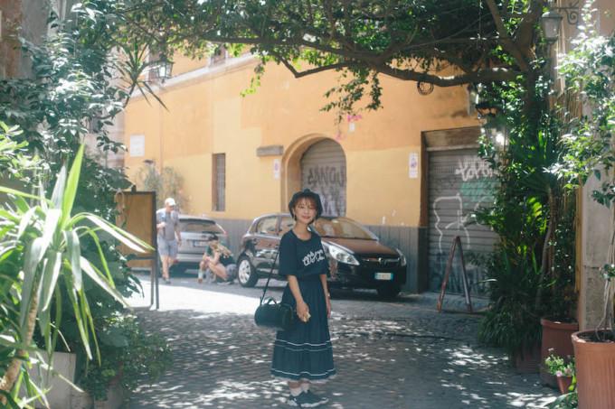 ローマ市内で写真を撮る女性