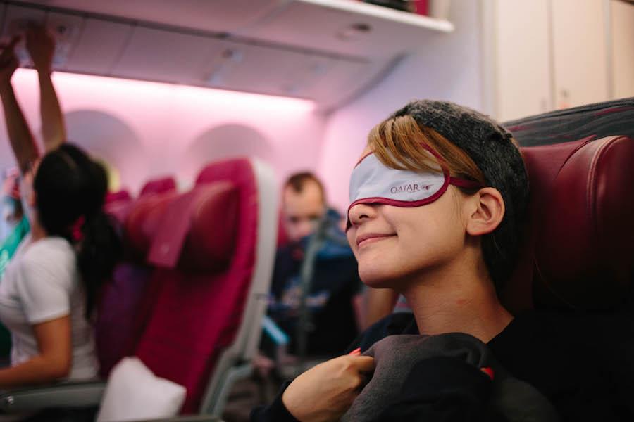 カタール航空でくつろぐ女性