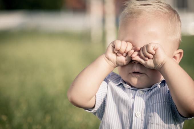 子供が公園で泣き真似をしている
