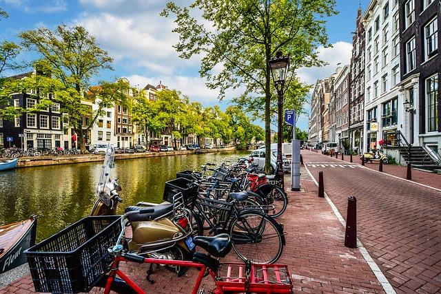 アムステルダムの運河と自転車