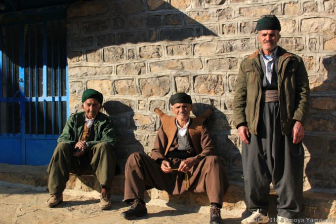 民族衣装コラバールを着る男性
