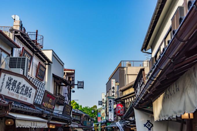 青空の下の東京下町の街並み