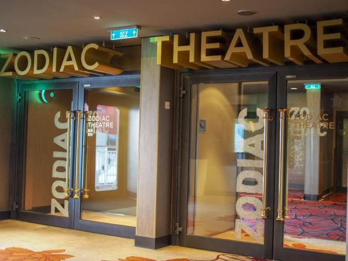 クルーズ船の劇場と映画館