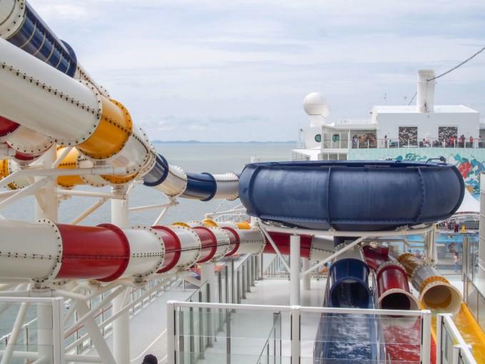 クルーズ船のウォータースライダー