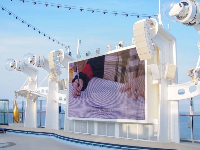 屋外で見る映画ステージ