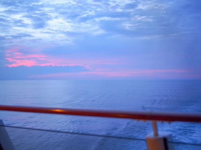 クルーズ船内から見る夕焼け