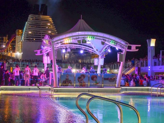 クルーズ船内の夜パーティー