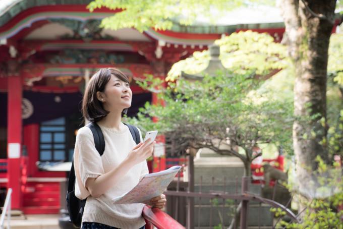 スマートフォンを持った観光客の女性
