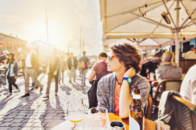 女性が夕日を眺めている