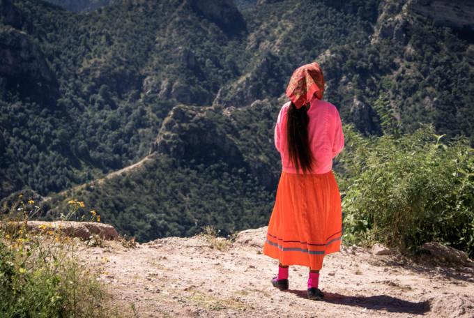 メキシコの女性が立っている