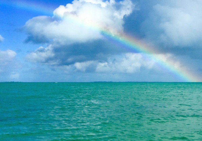 キリバスの海にかかる虹