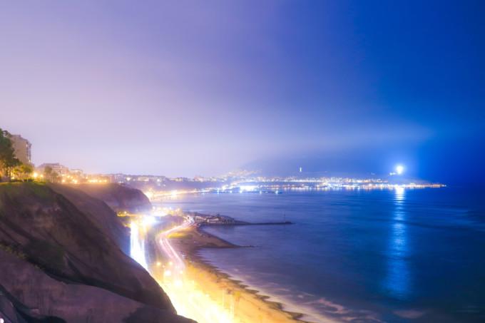 海岸沿いのリマの夜景