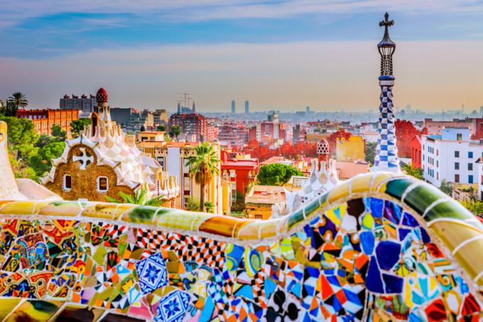 バルセロナのカラフルなグエル公園