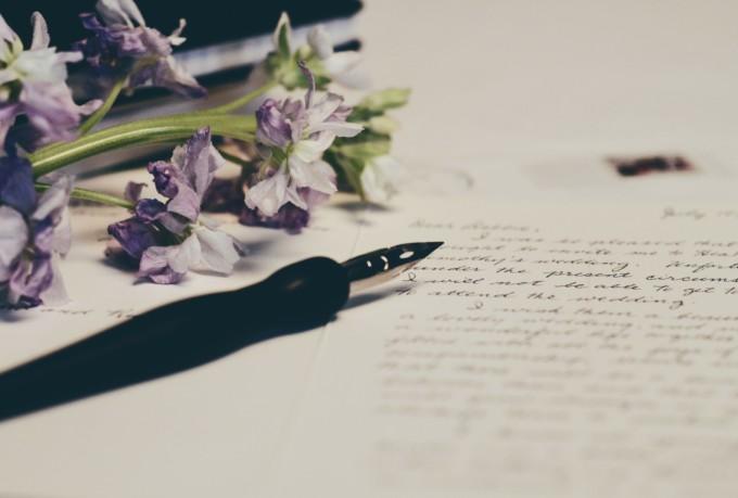 手紙を書き途中の万年筆