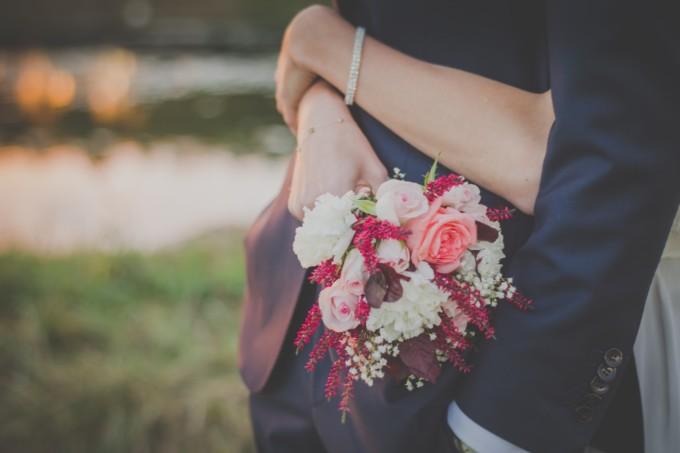 花束と抱きしめあうカップル