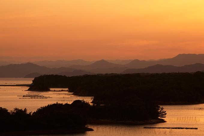 登茂山展望台から英虞湾(あごわん)に沈む夕日を眺める