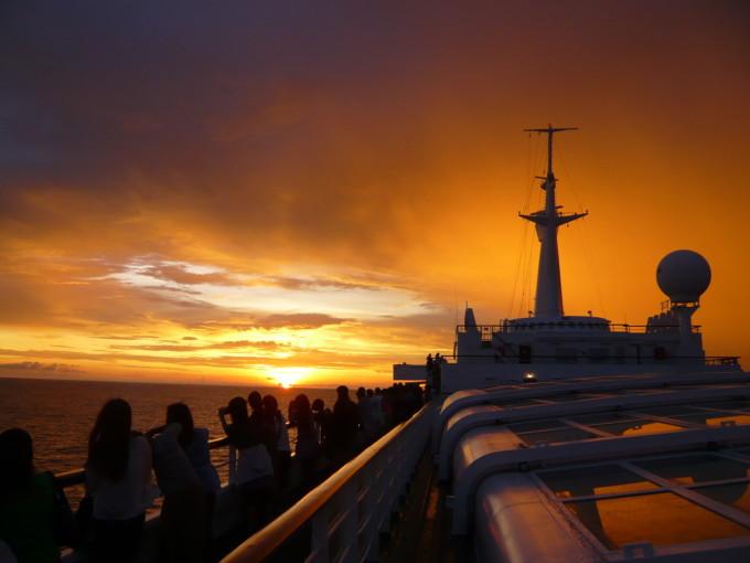 ピースボートから見る夕日
