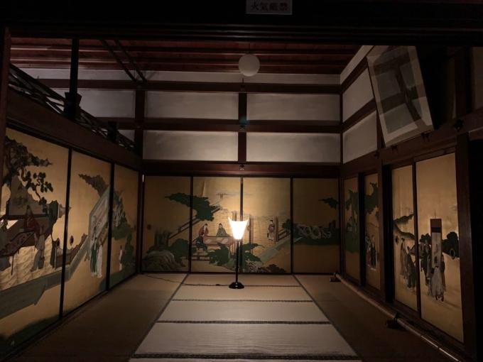 京都・春光院の金のふすま絵と庭は夜に美しく輝く