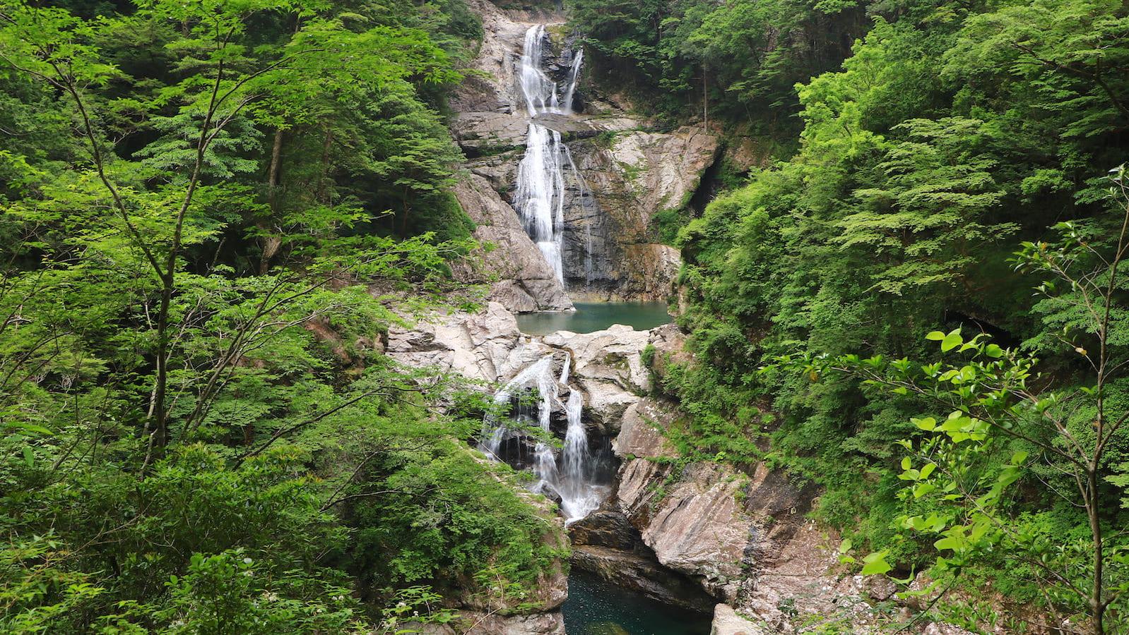 自然に囲まれる内省の旅。マイナスイオンほとばしる、日本全国「滝めぐり」へ