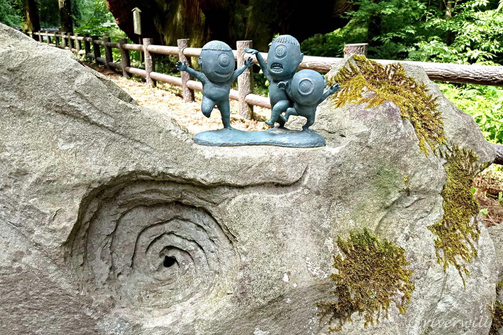 かぶら杉の前に置かれた「セコ」の妖怪像