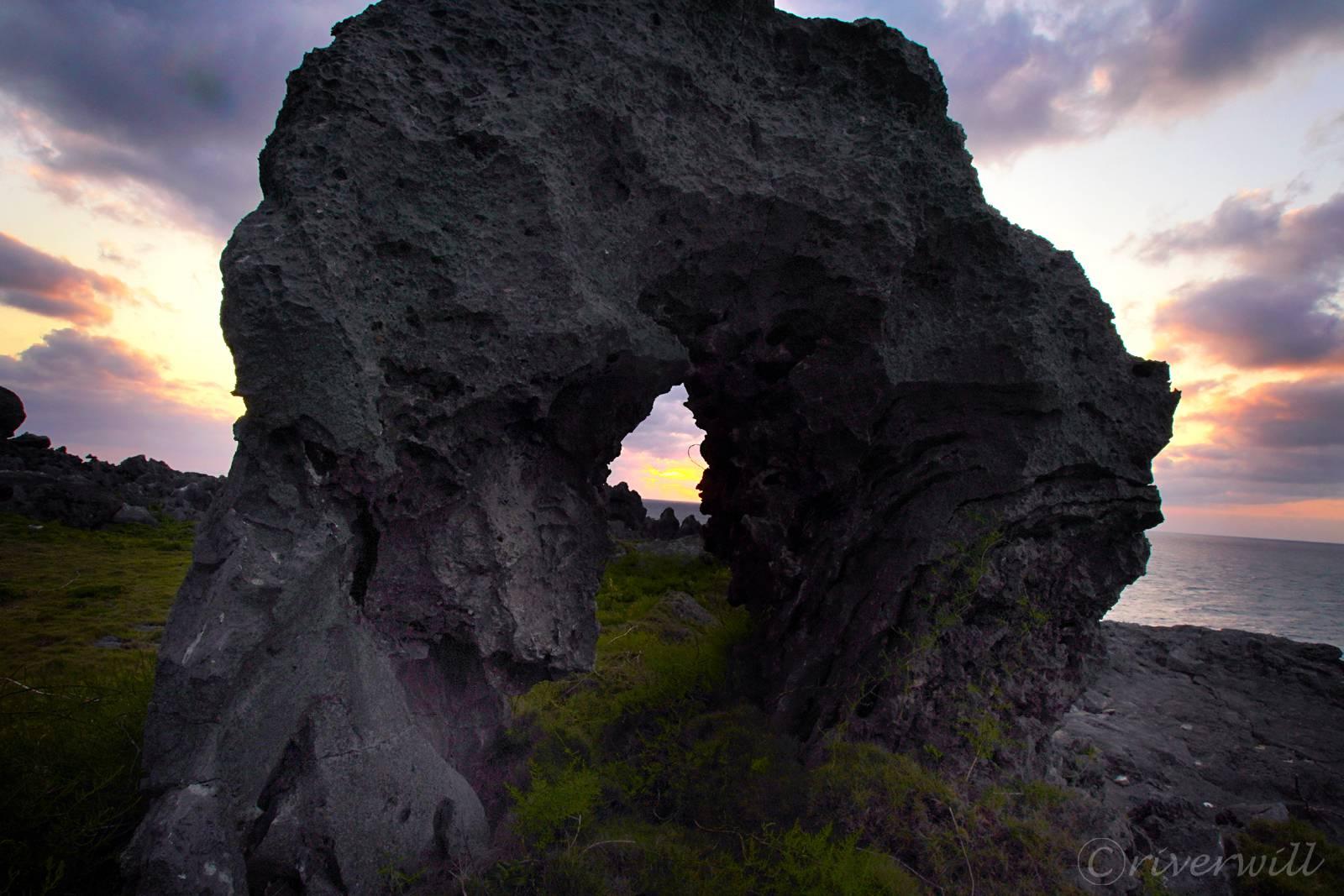 奇岩と夕日のコラボ