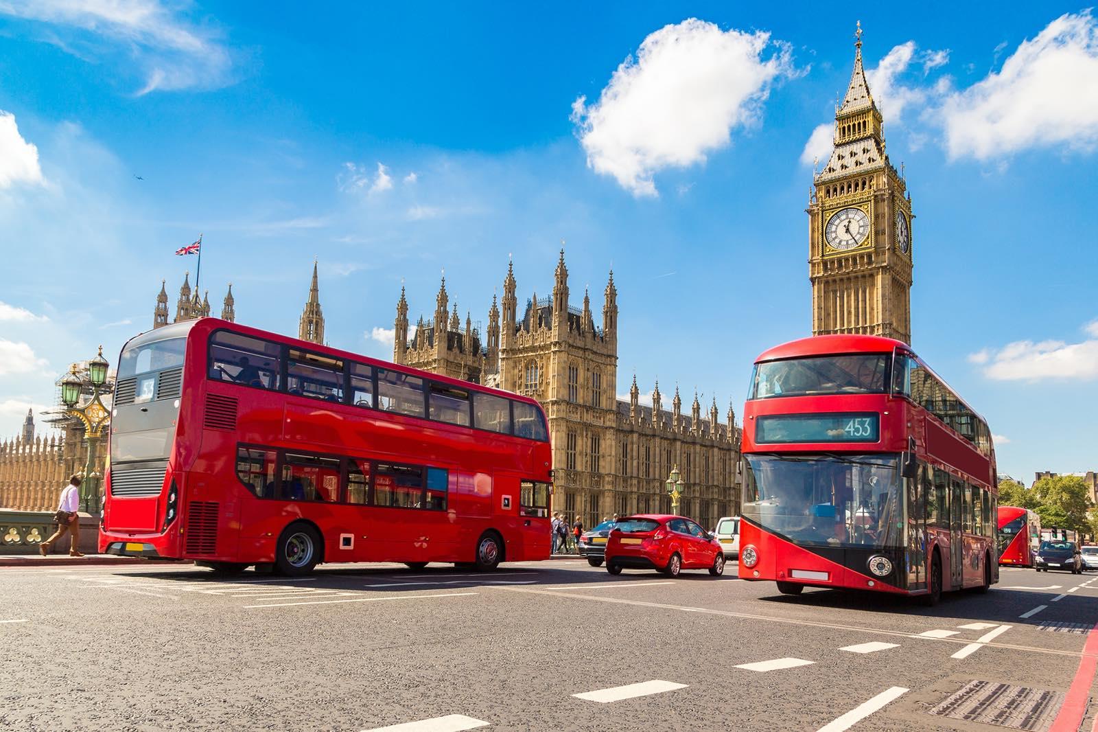 ロンドンの時計台と赤いバス