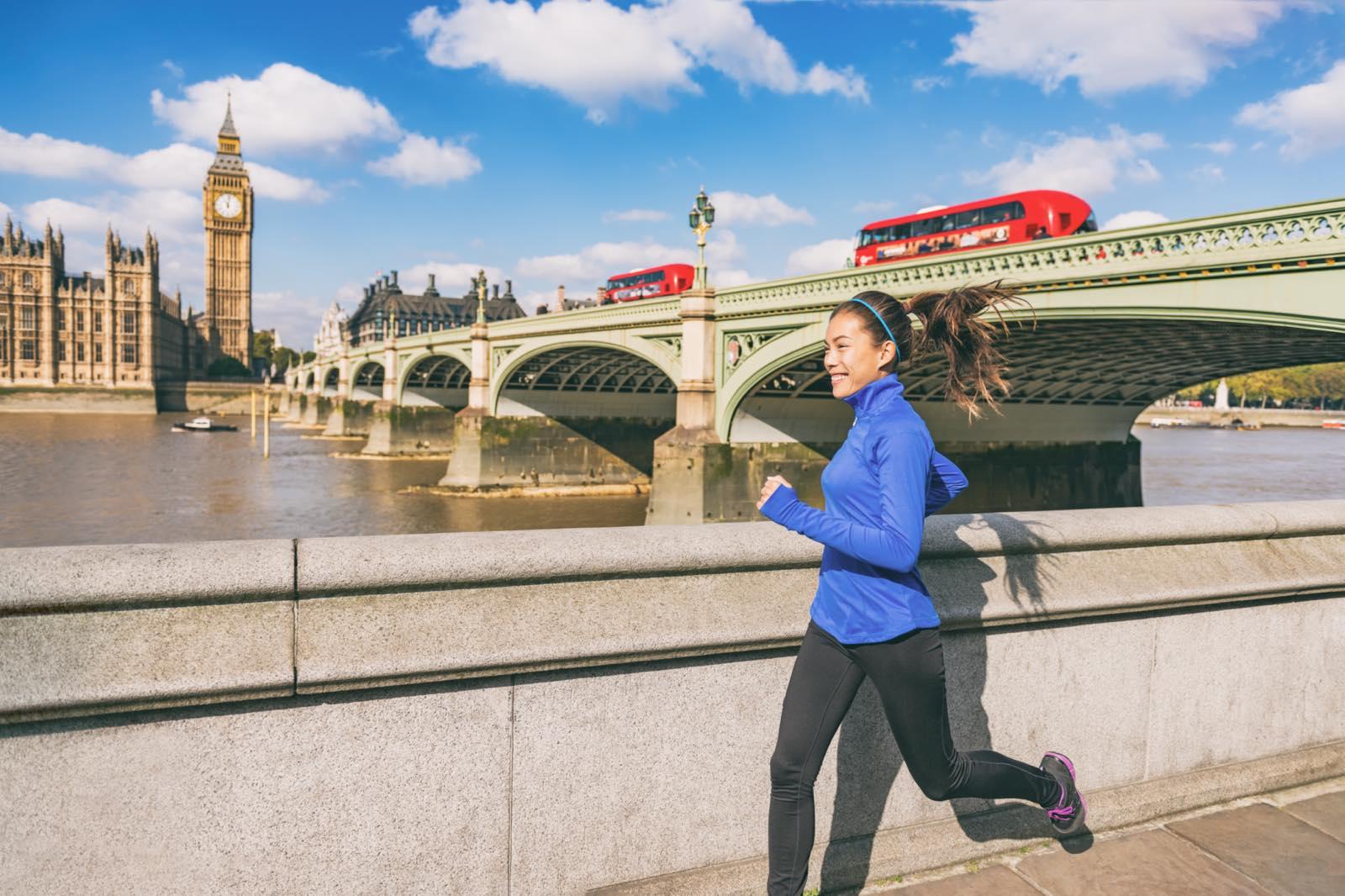 ロンドン市内を走る女性