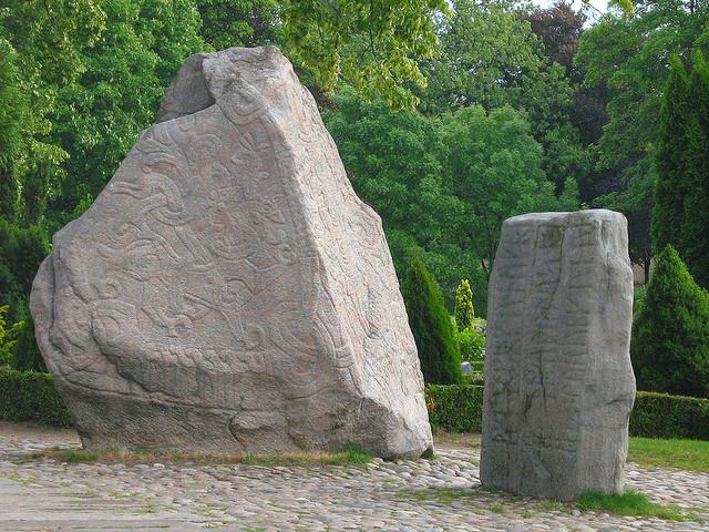 イェリング墳墓群、ルーン文字石碑群と教会