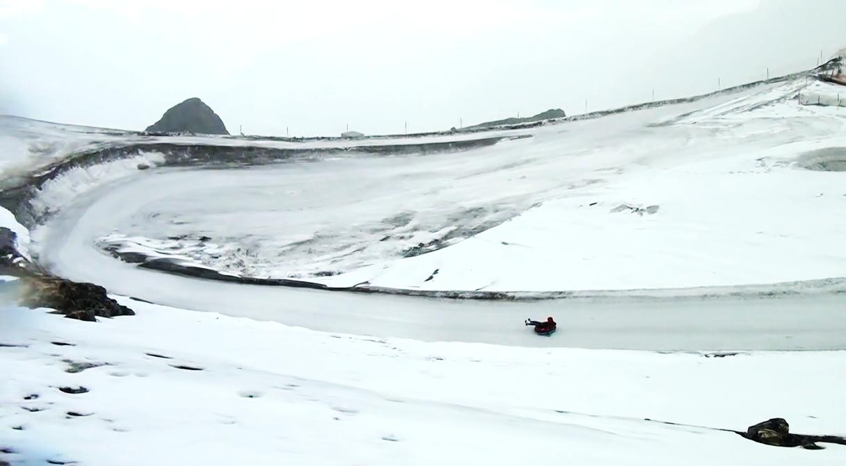 スノーチューブで雪山を滑り降ります!