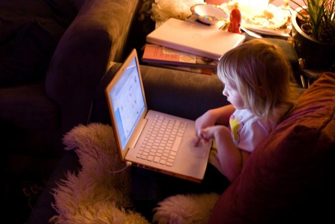パソコンをいじる少女