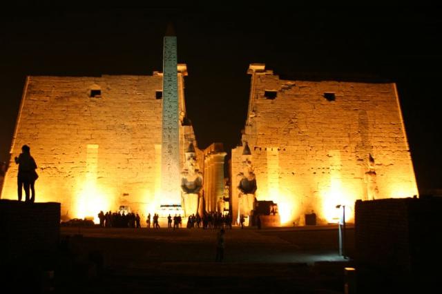 夜にはライトアップもされるルクソール神殿