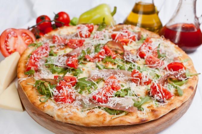 美食の街ナポリでピザに舌鼓を打つ