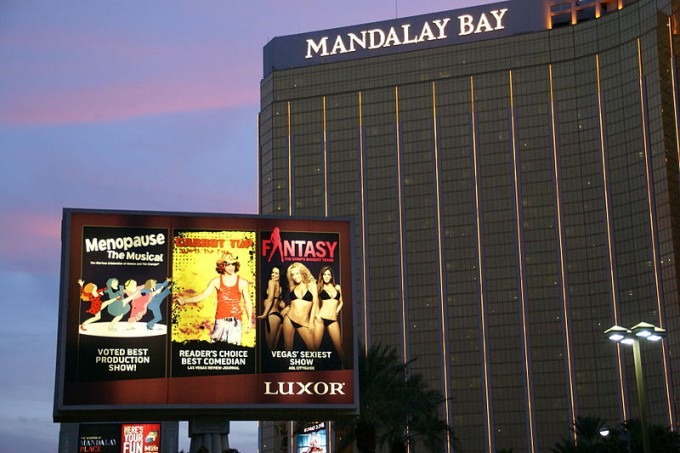 800px-2012_10_05_182901_Sign_Mandalay_Bay_Hotel_Las_Vegas_Nevada