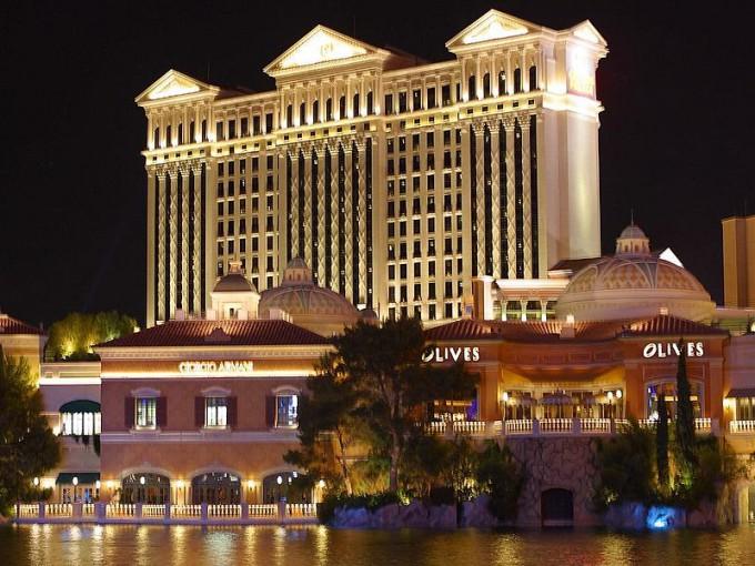 800px-Caesars_Palace_Night