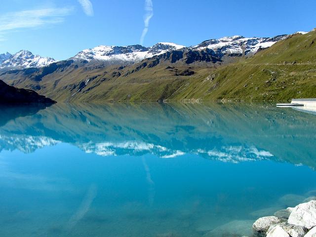ヴァル・ダニヴィエにある雪解け水で絶景谷に出来る湖