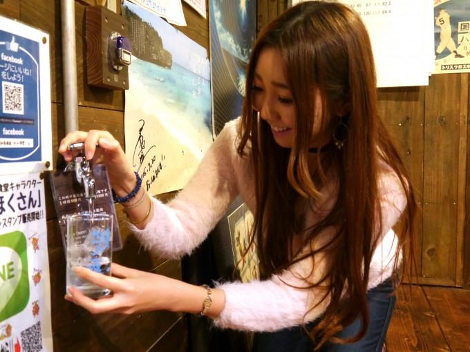 泡盛をつぐライター鈴木サラサさん