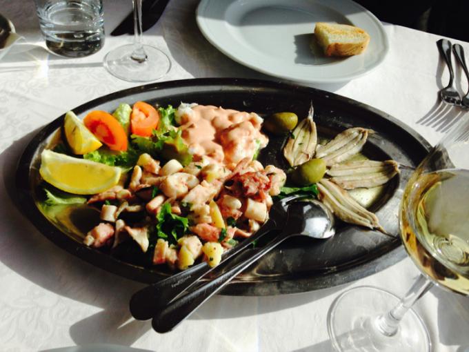ピランの食事は海岸沿いの「IVO」