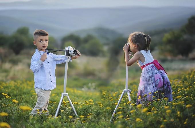 写真を取り合う少年少女