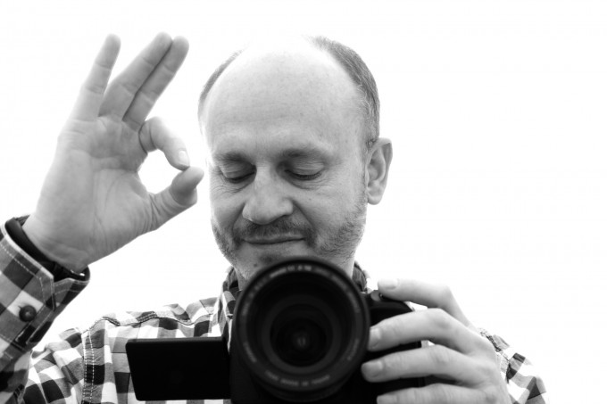 OKマークを指で作るカメラマン
