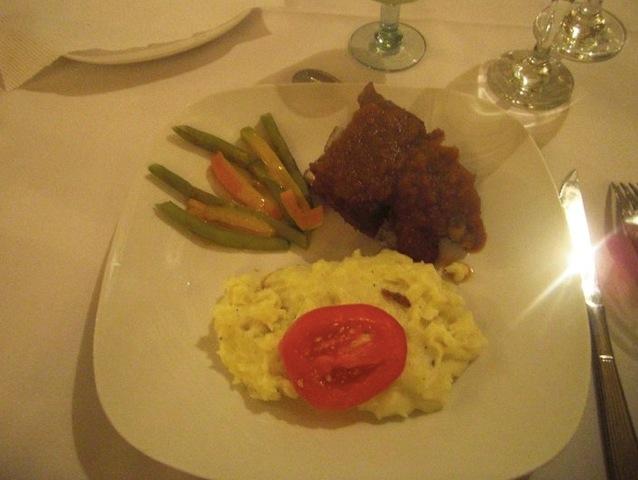 ホテルで「アルパカのステーキ」が食べれる