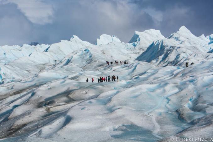 ペリト・モレノ氷河では氷河の上を歩く「氷河トレッキング」を楽しむことが出来ます