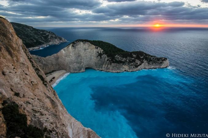 ギリシャ・ナヴァイオビーチ。 ジブリの名作「紅の豚」のモデルになったと言われる場所です