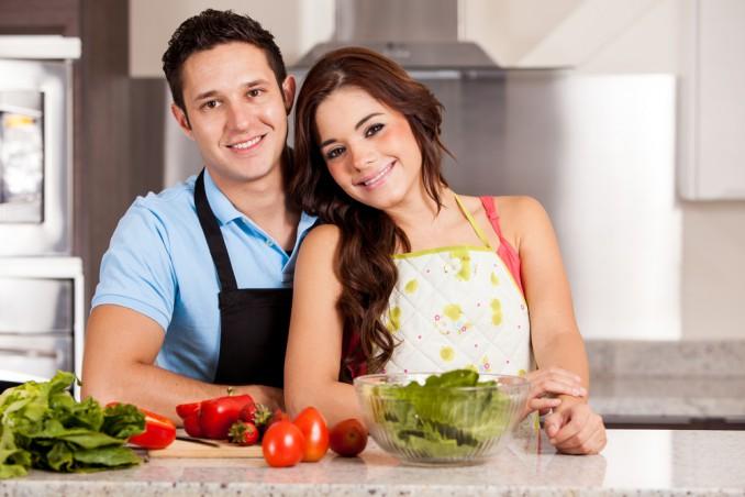 キッチンにいるカップル
