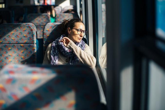 バスで移動中の女性