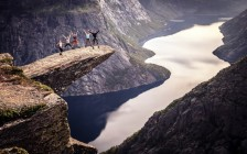 まさに断崖絶壁「トロルの舌」は訪れる人も景色も想像以上にクレイジーだった!